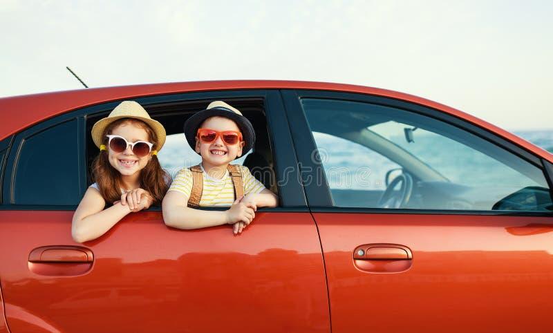 Szczęśliwi dzieci dziewczyna i chłopiec iść lato podróży wycieczka w samochodzie zdjęcia royalty free