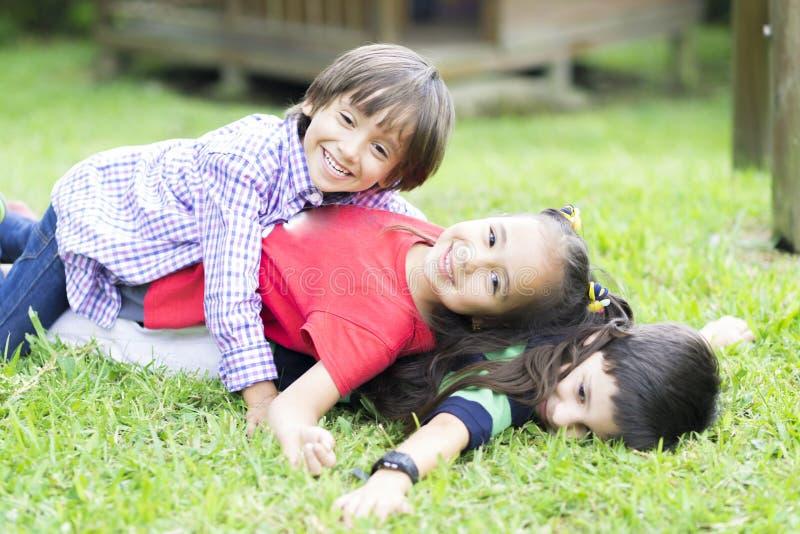 Szczęśliwi dzieci ma zabawę w parku fotografia royalty free