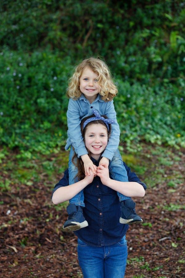 Szczęśliwi dzieci park cieszy się pięknego dzień zdjęcia stock
