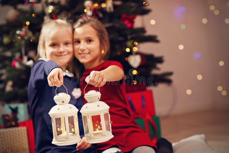 Szczęśliwi dzieci pozuje z Bożenarodzeniowymi lampionami zdjęcie royalty free