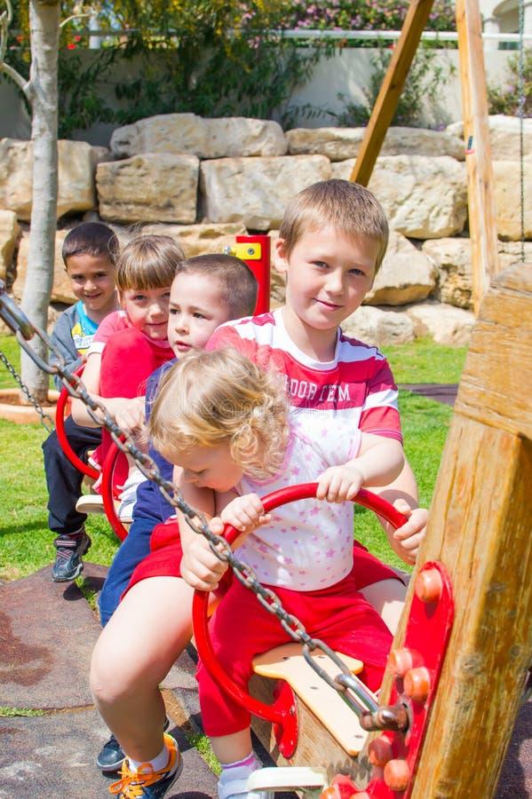 Szczęśliwi dzieci przy boiskiem zdjęcia royalty free