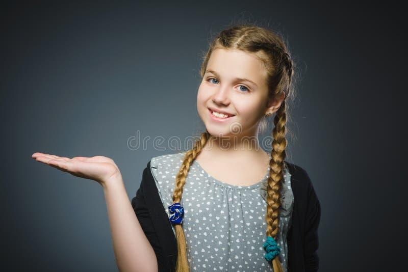 Szczęśliwi dzieci utrzymania na ręce coś Zbliżenie portret przystojny dziewczyny ono uśmiecha się zdjęcia royalty free