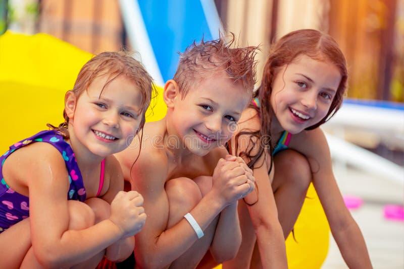 Szczęśliwi dzieci w aqua parku zdjęcie royalty free