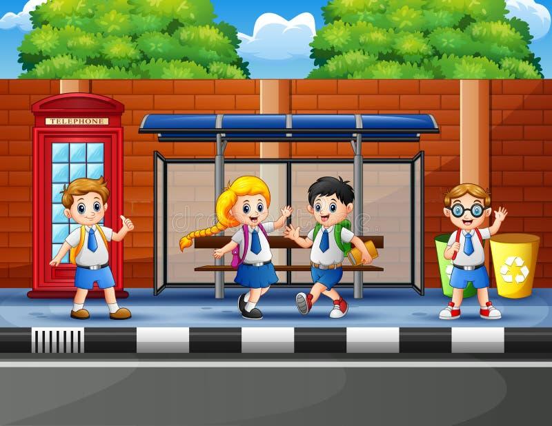 Szczęśliwi dzieci w wieku szkolnym przy przystankiem autobusowym royalty ilustracja
