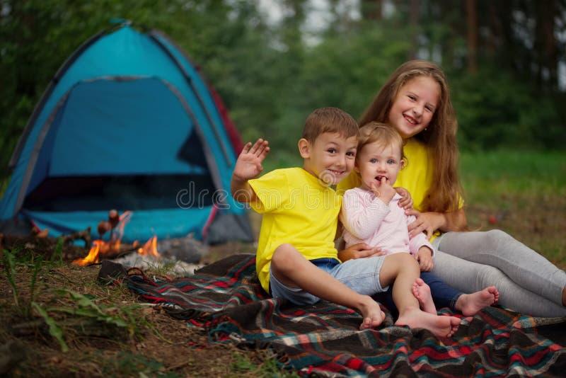 Szczęśliwi dzieci wycieczkuje w lesie obrazy royalty free