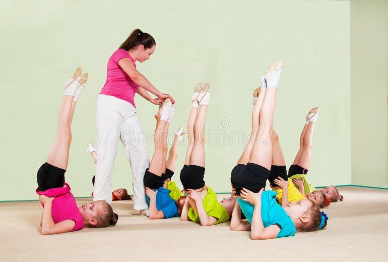 Szczęśliwi dzieci z trenerem w gym obraz royalty free