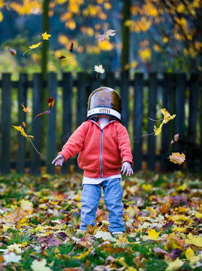 Szczęśliwi dzieciaka miotania liście w powietrzu obrazy stock