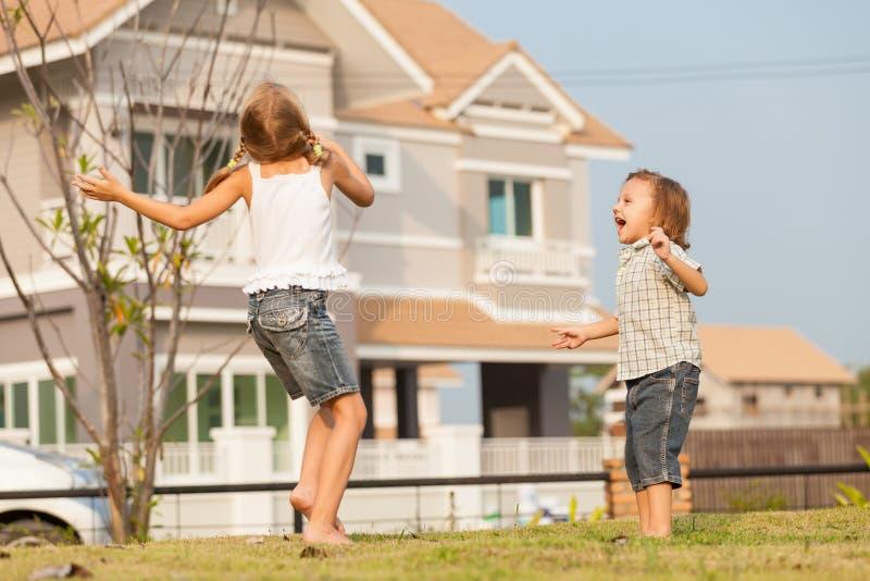 Szczęśliwi dzieciaki bawić się na trawie obrazy stock
