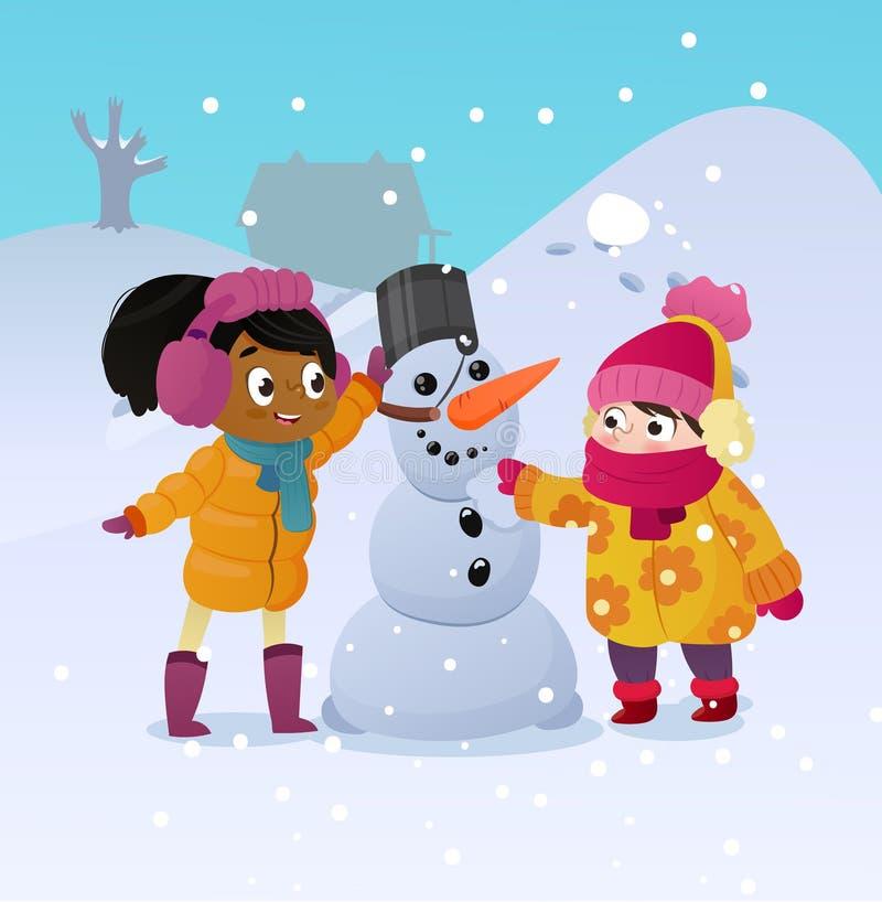 Szczęśliwi dzieciaki bawić się z bałwanem Śmieszni mali girs na spacerze w zimie outdoors Dzieci buduje śnieżny mężczyzna bawić s ilustracja wektor