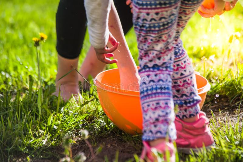 szczęśliwi dzieciaki bawić się z waterbombs w lato akci zdjęcia stock