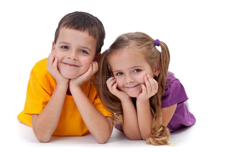 Szczęśliwi dzieciaki - chłopiec i dziewczyna obraz royalty free