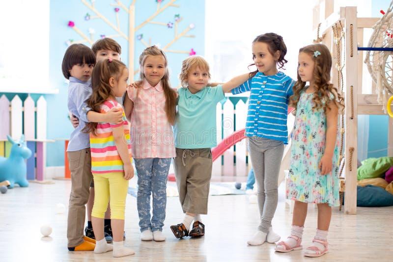 Szcz??liwi dzieciaki przy daycare fotografia stock