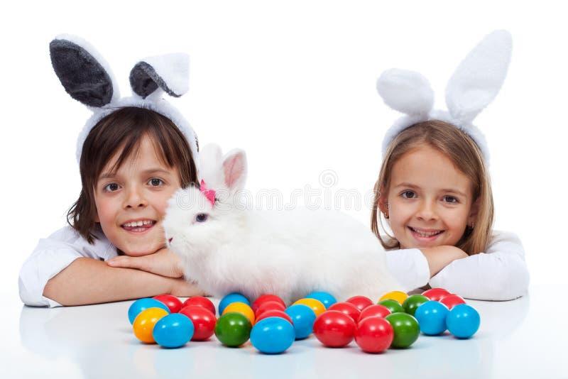 Szczęśliwi dzieciaki przy Easter czasem obrazy royalty free