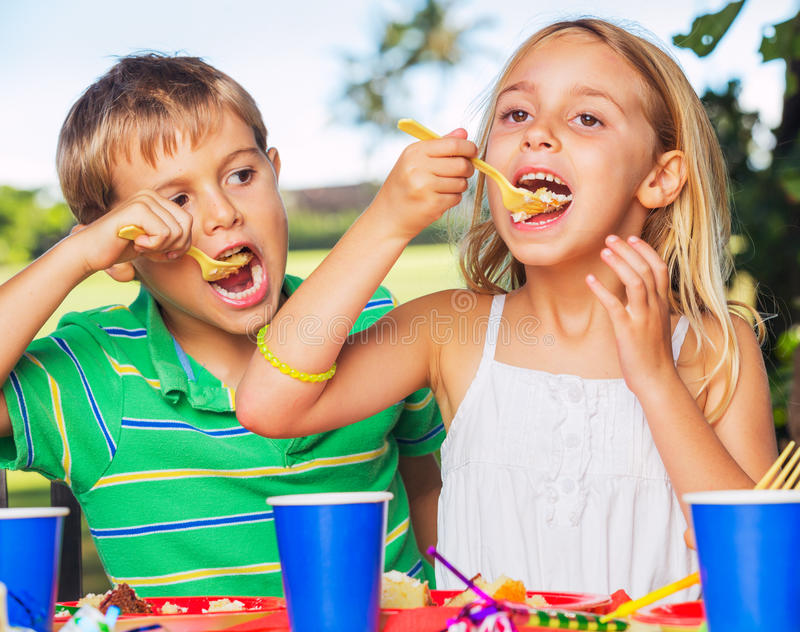 Szczęśliwi dzieciaki przy przyjęciem urodzinowym obrazy royalty free
