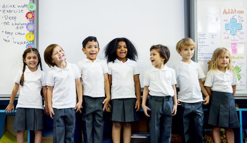 Szczęśliwi dzieciaki przy szkołą podstawową obrazy stock