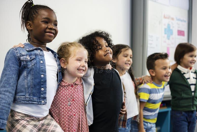 Szczęśliwi dzieciaki przy szkołą podstawową zdjęcie stock