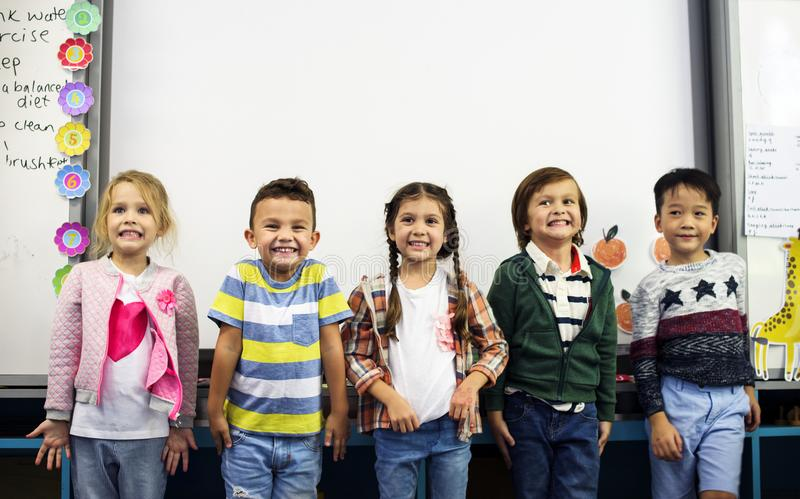 Szczęśliwi dzieciaki przy szkołą podstawową fotografia royalty free