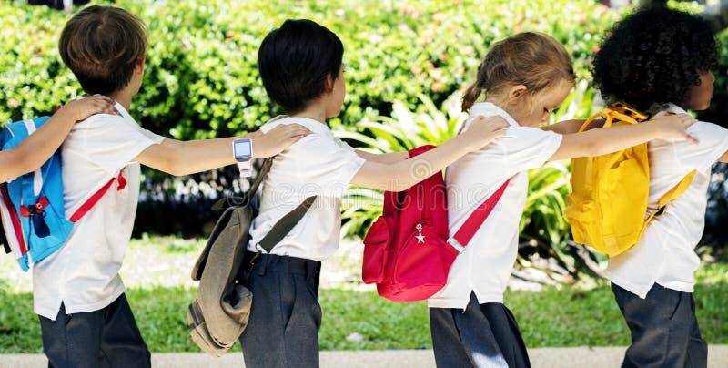 Szczęśliwi dzieciaki przy szkołą podstawową obraz royalty free