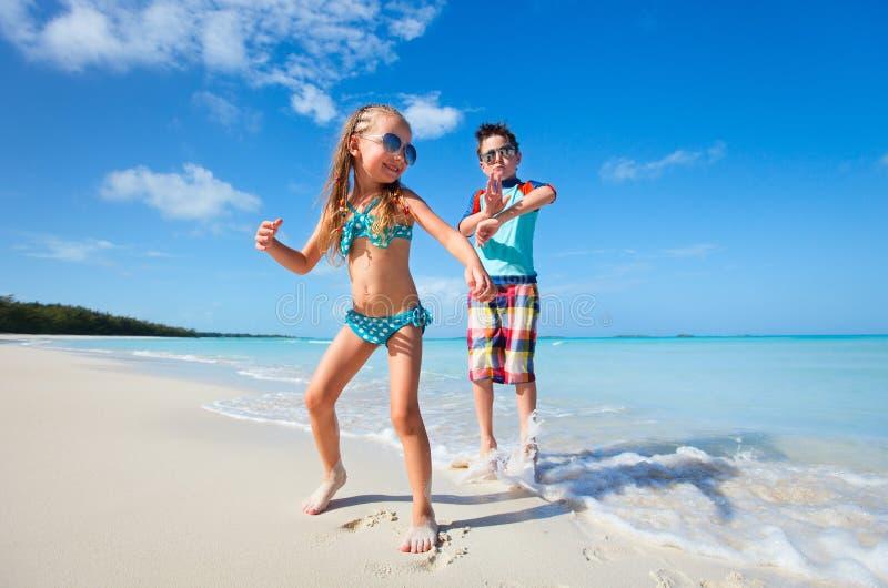 Szczęśliwi dzieciaki tanczy przy plażą obrazy royalty free