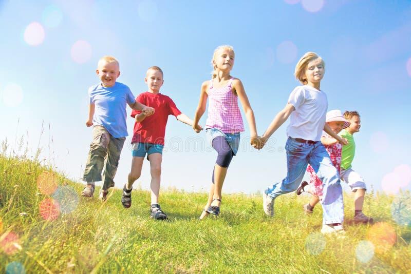 szczęśliwi dzieciaki trochę obraz royalty free