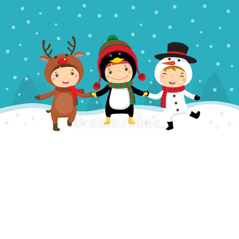Szczęśliwi dzieciaki w Bożenarodzeniowych kostiumach bawić się z śniegiem ilustracja wektor