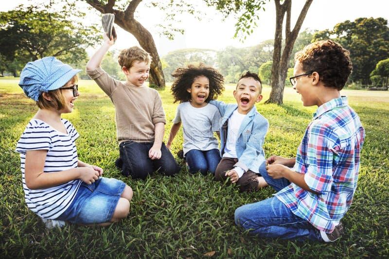 Szczęśliwi dzieciaki w parku fotografia royalty free
