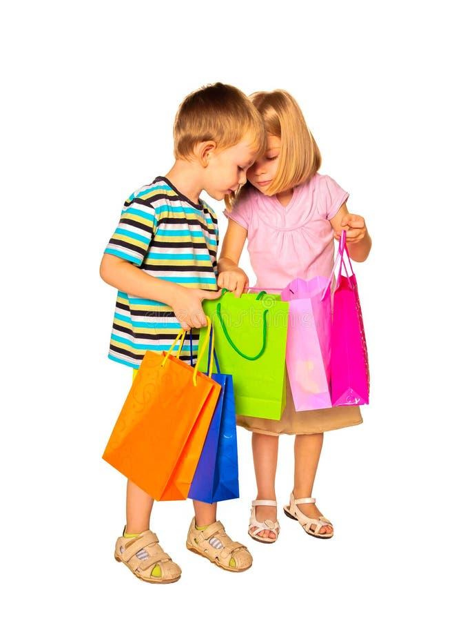 Szczęśliwi dzieciaki z torba na zakupy Ja obrazy stock