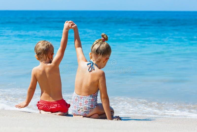 Szczęśliwi dzieciaki zabawę w obozie letnim na plażowych wakacjach zdjęcie stock