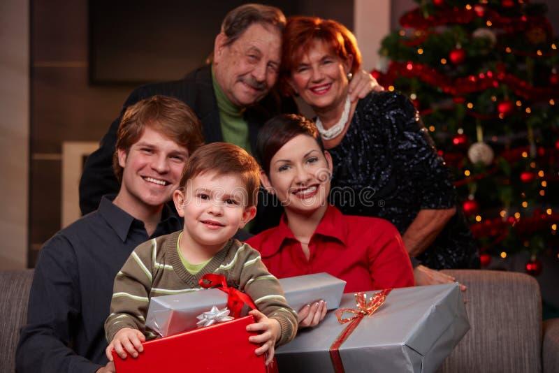 Szczęśliwi dziecka mienia bożych narodzeń prezenty obraz royalty free