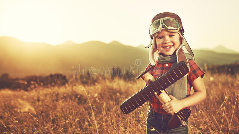 Szczęśliwi dziecko sen podróżować i bawić się z samolotowym pil zdjęcia stock