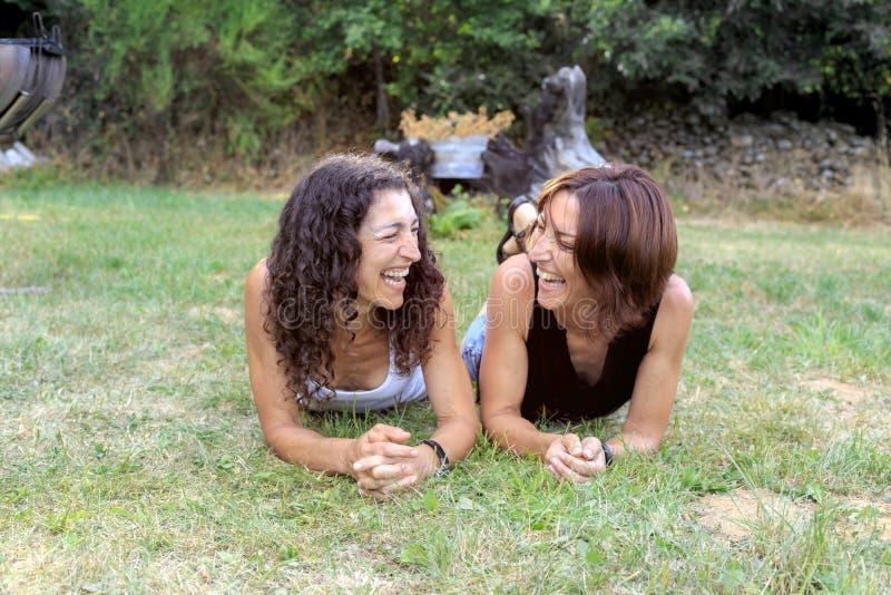 Szczęśliwi dziewczyna przyjaciele ma zabawę przy lasowym wakacje outdoors fotografia stock