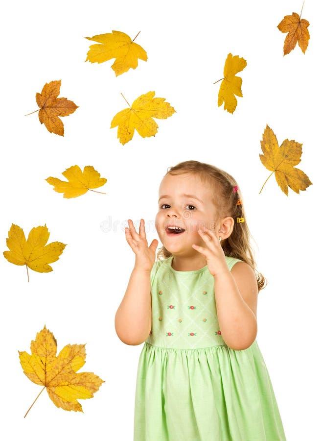 szczęśliwi dziewczyna spadać liść trochę zdjęcie royalty free