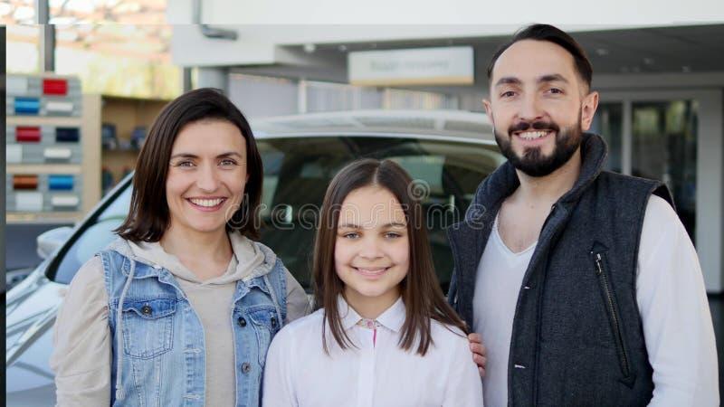 Szczęśliwi dziewczyny mienia klucze nowy rodzinny samochód zdjęcie stock