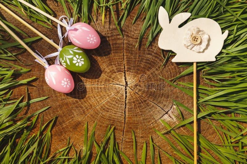 Szczęśliwi Easter sztuczni eags z królika drewnianym backgroung zdjęcie royalty free