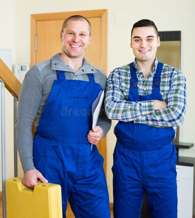 Szczęśliwi fachowi pracownicy w mundurze fotografia royalty free