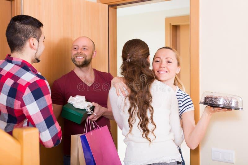 Szczęśliwi goście w drzwi zdjęcie royalty free