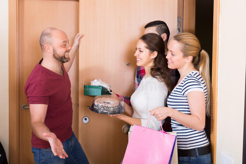 Szczęśliwi goście w drzwi fotografia stock