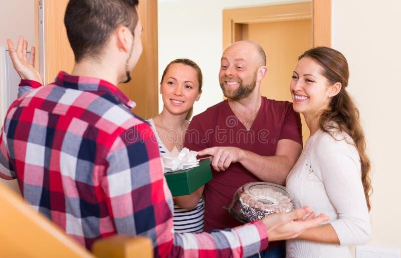 Szczęśliwi goście w drzwi zdjęcia stock