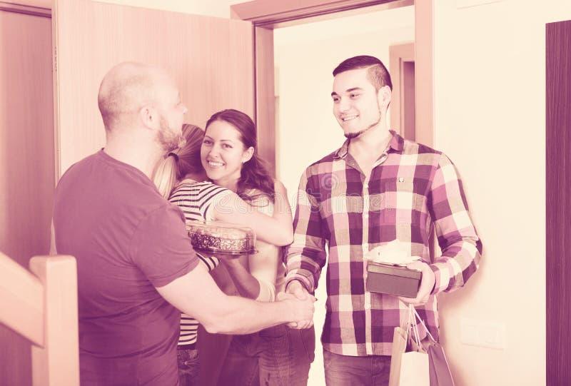 Szczęśliwi goście w drzwi zdjęcie stock