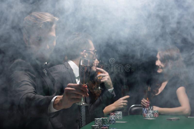 Szczęśliwi i bogaci ludzie świętuje ich wygranę po pomyślnej gry obraz stock