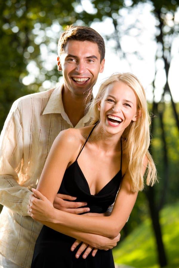 szczęśliwi i par młodych zdjęcie royalty free