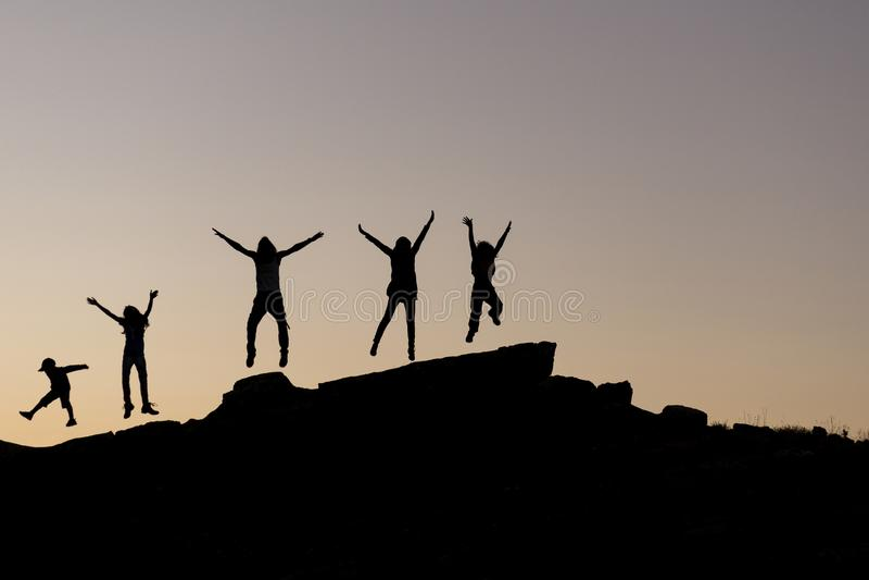 Szczęśliwi i rozochoceni ludzie grupy w naturze fotografia royalty free
