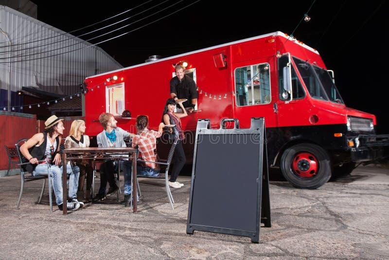 Szczęśliwi klienci przy jedzenie ciężarówką fotografia royalty free