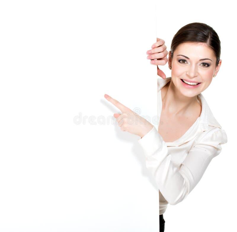Szczęśliwi kobieta punkty na białym pustym sztandarze obrazy royalty free