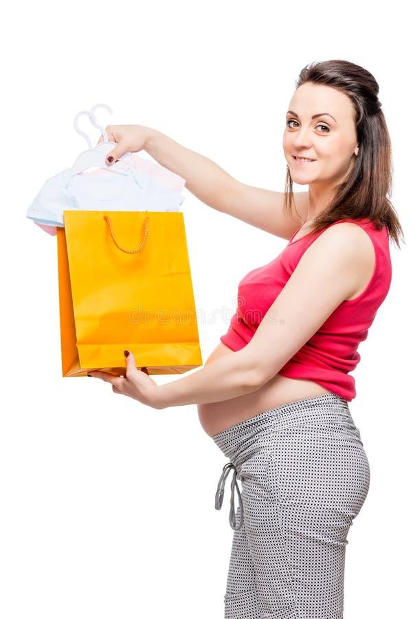 szczęśliwi kobieta w ciąży seansu zakupy dla przyszłościowego dziecka obraz royalty free