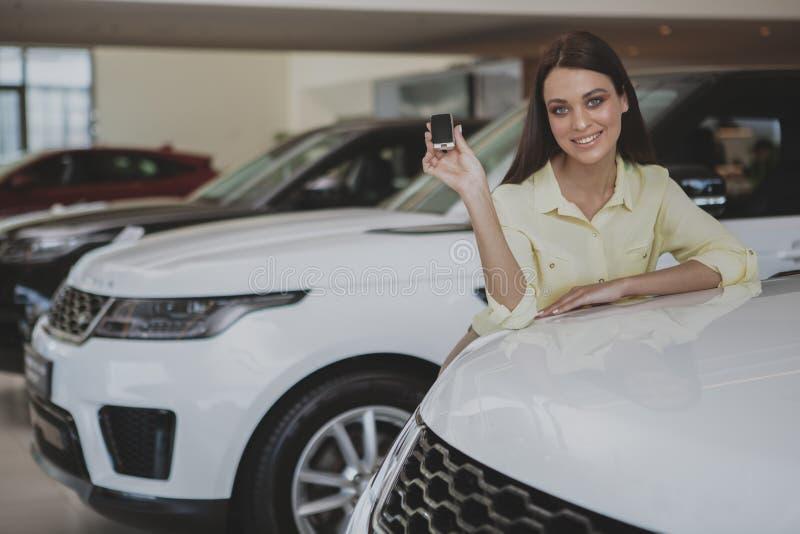 Szczęśliwi kobiety mienia samochodu klucze jej nowy samochód obrazy stock