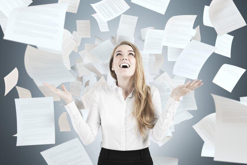 Szczęśliwi kobiety miotania papiery obrazy royalty free