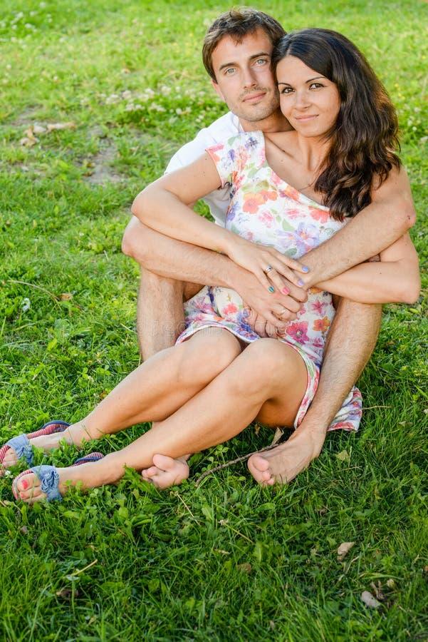 Szczęśliwi kocha uśmiechnięci potomstwa dobierają się outdoors zdjęcie stock