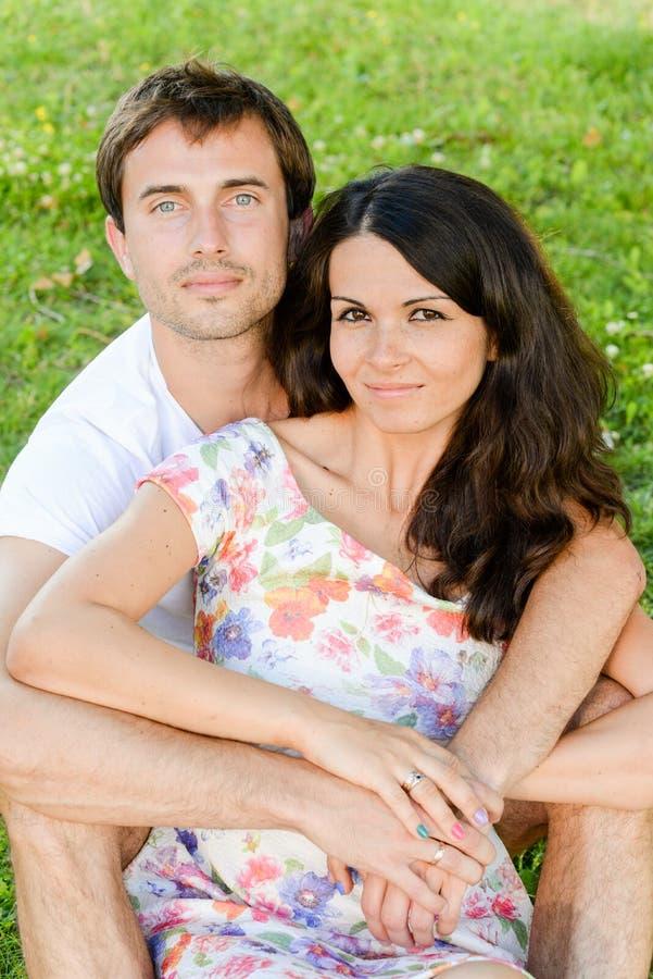 Szczęśliwi kocha uśmiechnięci potomstwa dobierają się outdoors zdjęcie royalty free