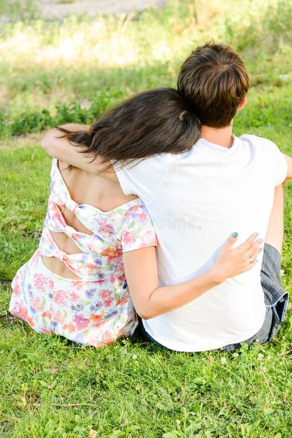 Szczęśliwi kochający potomstwa dobierają się outdoors fotografia stock